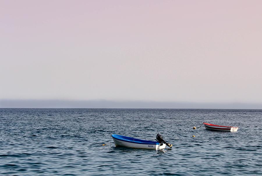 verano todavia - dos barcas en el mar - Once a Day blog